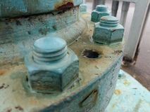 Tornillos instalados alrededor de la base de la máquina Fotografía de archivo libre de regalías