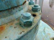 Tornillos instalados alrededor de la base de la máquina Foto de archivo
