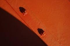 Tornillos rojos con las tuercas Foto de archivo libre de regalías