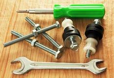 Tornillos y herramientas. imagenes de archivo