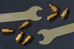 Tornillos y llave Imagen de archivo
