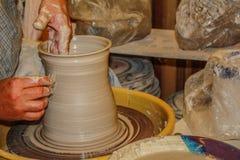 Tornio da vasaio che crea argilla nel vaso o nella tazza Fotografia Stock