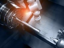 Tornio del tornio di CNC con produzione dell'asse Industriale e fotografia stock libera da diritti