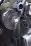 Tornio di CNC che funziona con il liquido refrigerante Immagine Stock