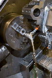Tornio di CNC con il liquido refrigerante immagini stock