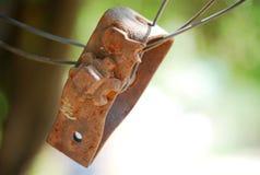 Torniquete oxidado velho do campo no primeiro plano fotos de stock royalty free