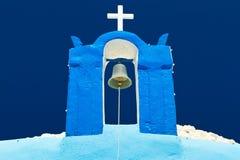 Tornklocka av bluekyrkan på Santorini Royaltyfri Fotografi