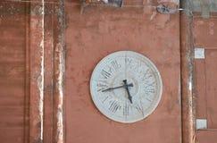 Tornklocka med romerska tal Arkivbild