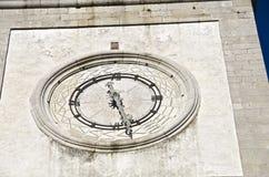 Tornklocka med 24 timmeklocka-framsida Arkivbild