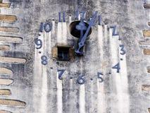 Tornklocka tolv och fem minuter Arkivbilder