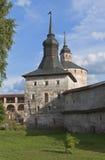 Tornkokkärlhus och Kuznechnaya i den Kirillo-Belozersky kloster royaltyfria bilder