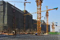 Tornkran i konstruktionsplats, i konstruktionen av stora byggnader Fotografering för Bildbyråer