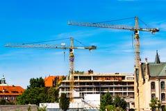 Tornkran, konstruktion av ett bostads- hus, en kran mot himlen, en motvikt, industriell horisont royaltyfri bild