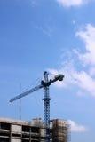 Tornkran på konstruktionslokalen Royaltyfri Fotografi