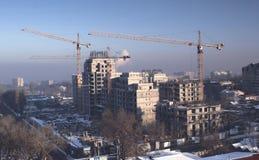 Tornkranar bygger byggnad Royaltyfri Bild