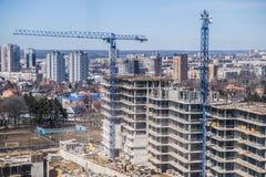 Tornkranar mot den blåa himlen konstruktionshus under Royaltyfri Fotografi