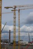 Tornkranar på konstruktionen av byggnaden Arkivfoton