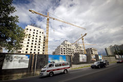 Tornkranar som bygger byggnad Arkivfoton