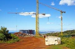 Tornkranar som fungerar på konstruktionsplats Arkivbild