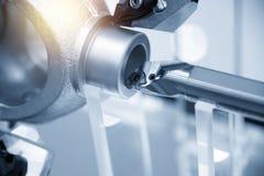 Torno de la máquina del torno del CNC mientras que corta el aluminio foto de archivo