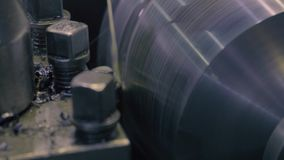 Torno de trabalho com refrigerar do jato de água vídeos de arquivo