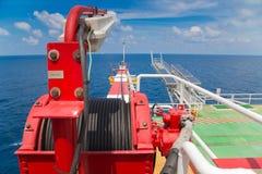 Torno del auge de la grúa en la plataforma del telecontrol del manantial del petróleo y gas fotografía de archivo