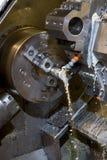 Torno del CNC con el líquido refrigerador Imagenes de archivo