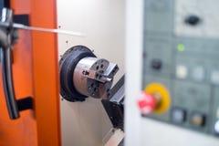Torno del CNC en proceso de fabricación fotos de archivo libres de regalías