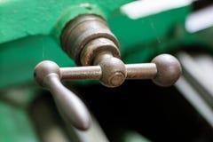 Torno duro velho em uma oficina Parque da máquina no locksmith& x27; s wo fotografia de stock