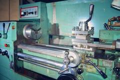 Torno, metal que processa cortando no equipamento industrial Imagem matizada fotos de stock royalty free
