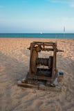 Torno viejo del barco en la playa Imagenes de archivo