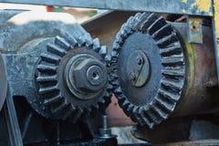 Torno viejo del mecanismo de la transmisión del piñón cubierto Fotografía de archivo