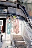Tornos del barco y detalle de las cuerdas del velero Foto de archivo libre de regalías