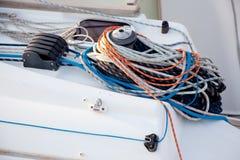 Tornos del barco y detalle de las cuerdas del velero Fotografía de archivo
