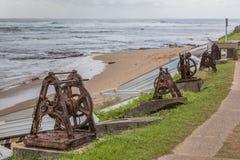 Tornos viejos oxidados del ancla con las cadenas Imagen de archivo