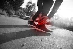 Tornozelo torcido quebrado - ferimento de funcionamento do esporte Pé tocante do corredor atlético do homem na dor devido ao torn Fotografia de Stock