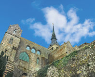 Tornspira av domkyrkan i abbotskloster av Mont Saint Michel. Royaltyfri Bild