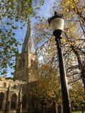 Tornspira för chesterfieldsoffa för UK England Derbyshire krokig Arkivbild