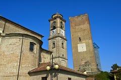 Tornspiran av Sanen Giovanni Battista Church och den medeltida klockan står högt, Barbaresco Arkivbild