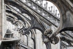 Tornspiran för prydnader för det Milan domkyrkataket pekade den gotiska archsstatyer Arkivfoto