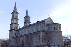 Tornspiraskepp och absid för kyrka tvilling- Fotografering för Bildbyråer