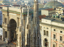 Tornspiror av duomoen och Galleria Vittorio Emanuele II arkivbilder