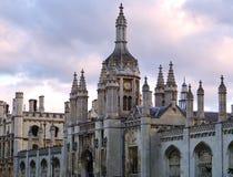 Tornspiror av konungs högskola, Cambridge på solnedgången Royaltyfria Bilder