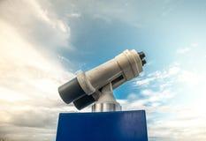 Torntittare mot blå molnig himmel Arkivbild