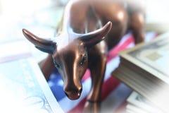 Toro del mercato azionario con soldi & la bandiera americana con alta qualità bianca della struttura Immagini Stock