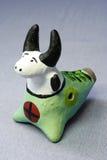 Toro dipinto tradizionale del fischio dei giocattoli dell'argilla Fotografie Stock Libere da Diritti