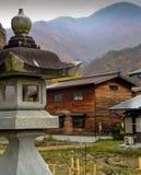 Toro gatalampa på ett hus i den Shirakawago byn royaltyfria bilder