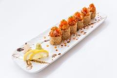 Toro Maki Roll med vit sesamtoppning med Toro som är blandad med sås och Ebiko Tjänat som med skivacitronen Wasabi- och törneinge Fotografering för Bildbyråer