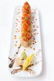 Toro Maki Roll med vit sesamtoppning med Toro som är blandad med sås och Ebiko Tjänat som med skivacitronen Wasabi- och törneinge Royaltyfria Bilder