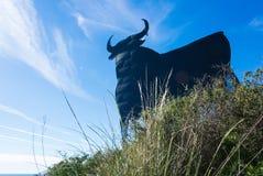 Toro Osborne - иконический символ Испании, силуэта черного быка на холме Стоковые Фотографии RF
